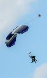 Paracaidistas en tándem del paracaidismo que se deslizan hacia el aterrizaje Foto de archivo