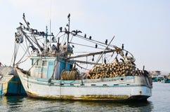 PARACAS PERU 11 JUNI, 2013: Den gamla lokala fiskebåten med fisknät och seagulls ankrade i hamnen Arkivfoton