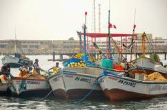 PARACAS PERU 11 JUNI, 2013: Den gamla lokala fiskebåten med fisknät och seagulls ankrade i hamnen Fotografering för Bildbyråer