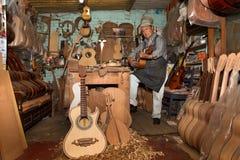 Создателя гитары ходят по магазинам в Paracho, Michoacan, Мексике Стоковые Фото