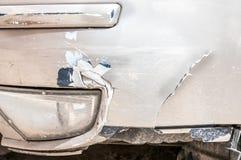 Parachoques delantero dañado del coche con la grieta y rasguñado pelando la pintura Imágenes de archivo libres de regalías