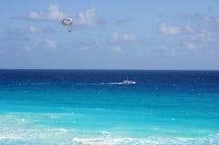Parachute ascensionnel Photographie stock libre de droits