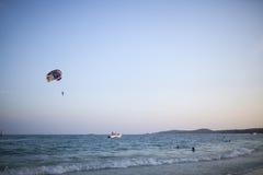 Parachute ascensionnel au-dessus de mer Photographie stock libre de droits