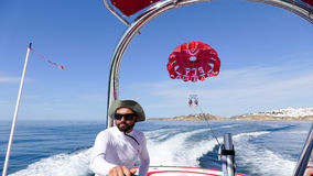 Parachute ascensionnel - conduire le bateau de vitesse Photo libre de droits