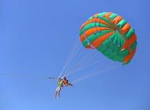 Parachute ascensionnel dans un ciel bleu Images stock