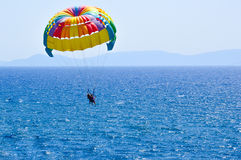 Parachute ascensionnel de touristes sur la mer Égée dans Kusadasi, Turquie Photo libre de droits