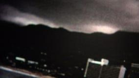 parachute ascensionnel (de vintage de 8mm) au-dessus d'Acapulco 1971 banque de vidéos
