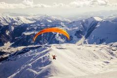 Parachute ascensionnel en Gudauri Ski Resort, la Géorgie Photographie stock