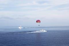 Parachute ascensionnel en mer Photos stock