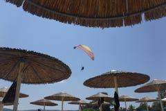 Parachute ascensionnel et parasol photographie stock libre de droits