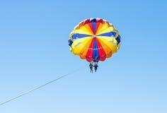 Parachute ascensionnel heureux de couples en plage Dominicana en été Couples sous le plein vol accrochant de parachute Avoir l'am Photos stock