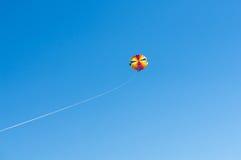 Parachute ascensionnel heureux de couples en plage Dominicana en été Couples sous le plein vol accrochant de parachute Avoir l'am Photographie stock libre de droits