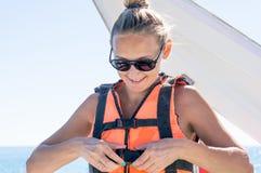 Parachute ascensionnel heureux de jeune fille en plage Dominicana en été Couples sous le plein vol accrochant de parachute Avoir  Photos stock
