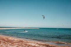 Parachute ascensionnel ? la mer image libre de droits