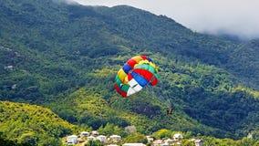Parachute ascensionnel le long de la côte des Seychelles photographie stock libre de droits