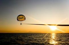 Parachute ascensionnel pendant le coucher du soleil Images libres de droits