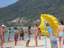 Parachute ascensionnel sur la plage photo stock