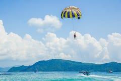Parachute ascensionnel sur la plage Photographie stock libre de droits