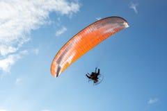 Parachute de parachutiste sur le ciel Photographie stock