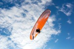 Parachute de parachutiste sur le ciel Image libre de droits