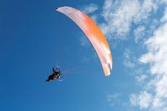Parachute de parachutiste sur le ciel Photographie stock libre de droits