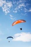 Parachute de parachutiste sur le ciel Photos libres de droits