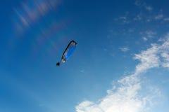 Parachute de parachutiste sur le ciel Photos stock
