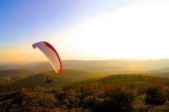 Parachute de Paraglide même au-dessus de la forêt images stock