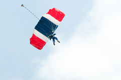 Parachute descending Royalty Free Stock Photography