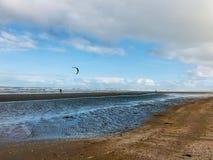 Parachute isolé dans le ciel bleu sur la plage de matin images stock