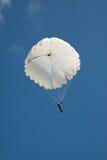 Parachute rond blanc sur le ciel bleu de fond Image stock