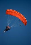 Parachute rouge contre le ciel bleu Images libres de droits
