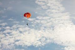 Parachute sur le ciel bleu de fond avec des nuages Images libres de droits