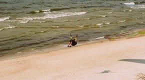 Parachuter acima do mar Báltico em Lituânia Imagem de Stock