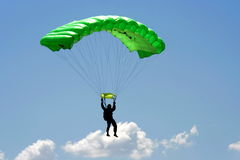 Parachuter en wolk Stock Foto's