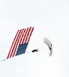 Parachuter, welches die amerikanische Flagge trägt Lizenzfreie Stockfotos