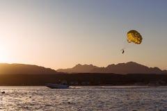 Parachuterend over een overzees, die door een boot in Sharm el Sheikh slepen Stock Foto