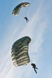 Parachuters exécutant à la fête aérienne de Zagreb 2010 Image stock