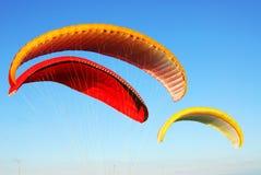 Parachutes colorés de vol Image stock