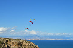 Parachutes dans le ciel Photographie stock libre de droits