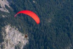 parachuting arkivfoto