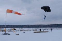 Parachutisme d'exactitude Le parachutiste a besoin au débarquement sur le but image stock