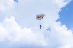 Parachutist в небе Стоковое Фото