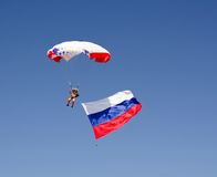 Parachutist на голубом небе Стоковые Фотографии RF