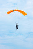 Parachutist in the blue sky Royalty Free Stock Images