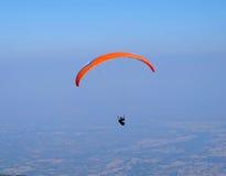Parachutist die tegen de hemel gaan Royalty-vrije Stock Afbeelding