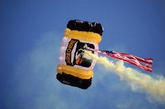 Parachutist disperso nell'aria degli Stati Uniti sopra il gioco di UM-MSU Fotografia Stock