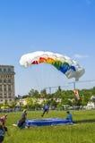 Parachutist het landen Royalty-vrije Stock Foto's