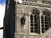 Parachutist im Glockenturm, Normandie Lizenzfreie Stockfotos