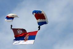 Parachutist met de vlag van Serviër en van het leger Stock Afbeeldingen